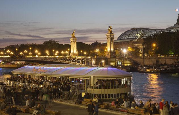 Rosa-Bonheur-sur-Seine-Vue-Grand-Palais-La-nuit